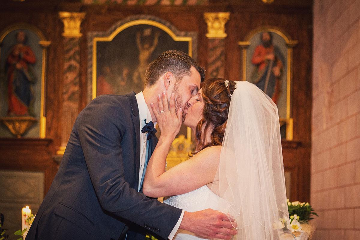 Mariage embrasse la mariée