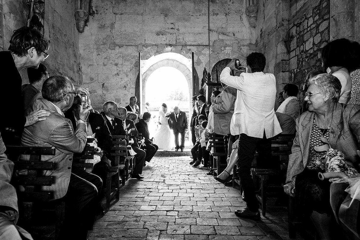 Mariage entrée église mariée père
