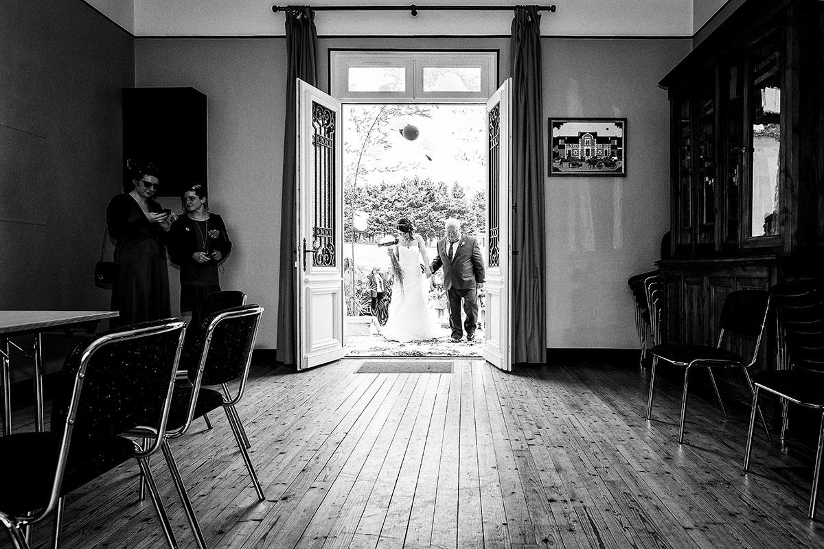 Mariage entrée mairie mariée père