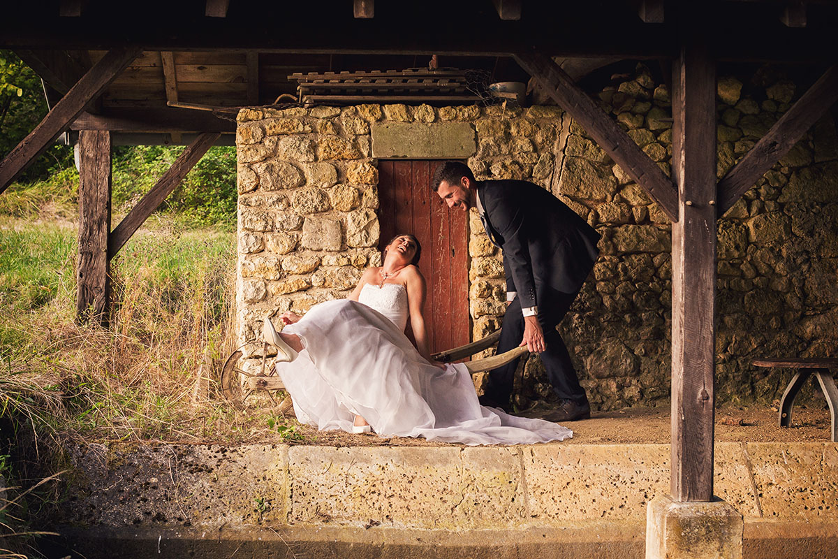 Mariage couple brouette