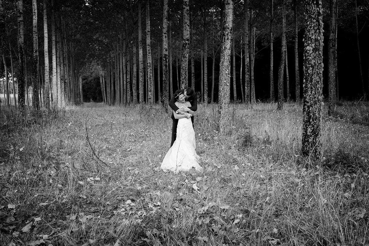 Mariage couple noir et blanc forêt