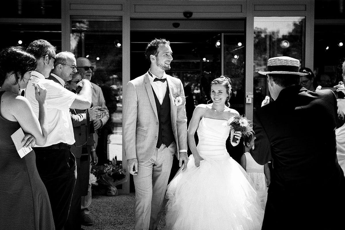 Mariage sortie mairie noir et blanc