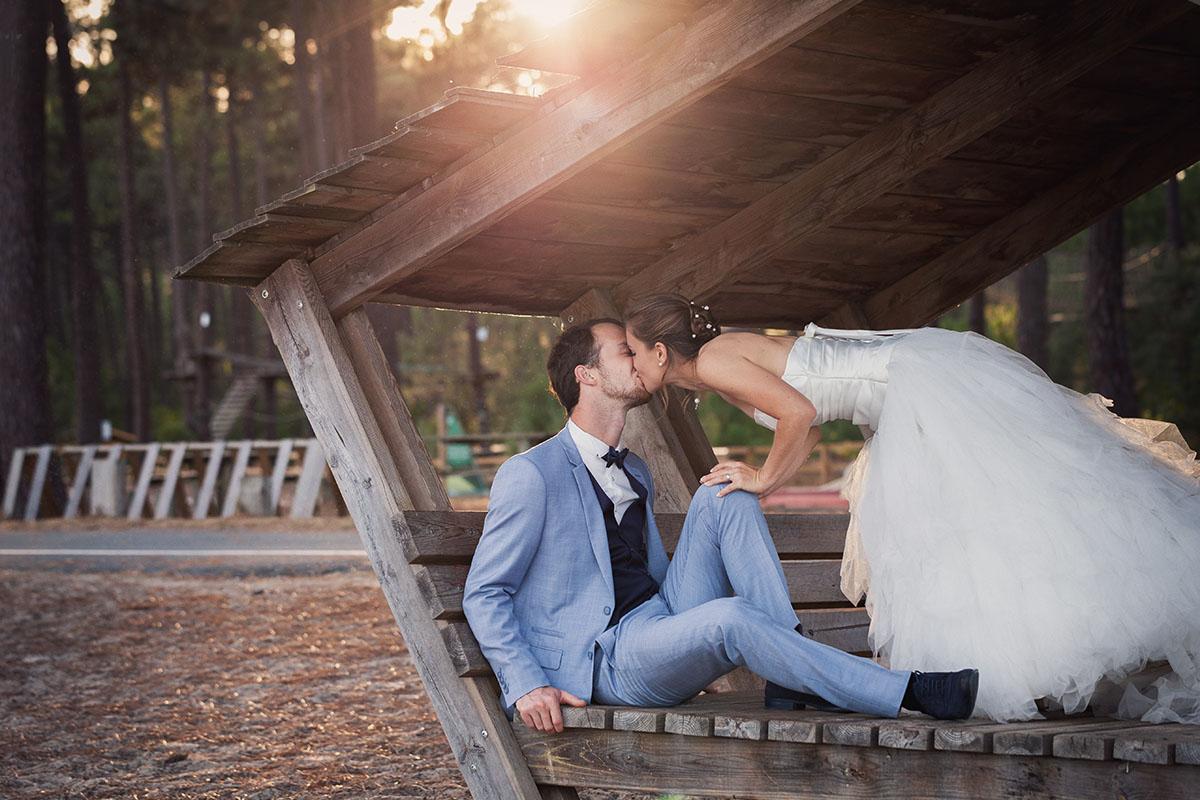 Mariage couple baiser cabane forêt