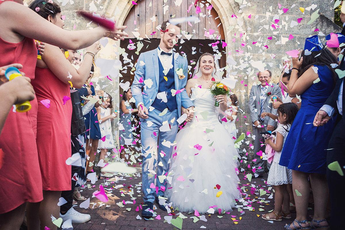 Mariage sortie église cœur pétale papier