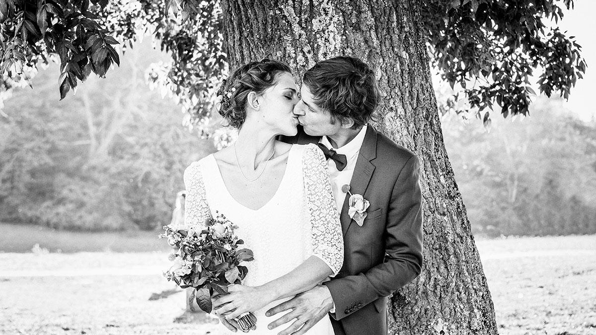 Mariage couple arbre contre-jour