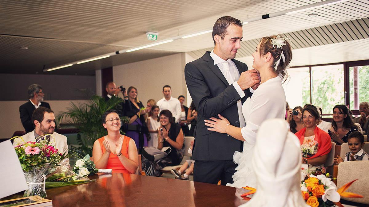 Mariage mairie baiser