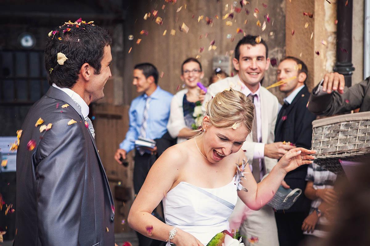 Mariage sortie église rose pétale