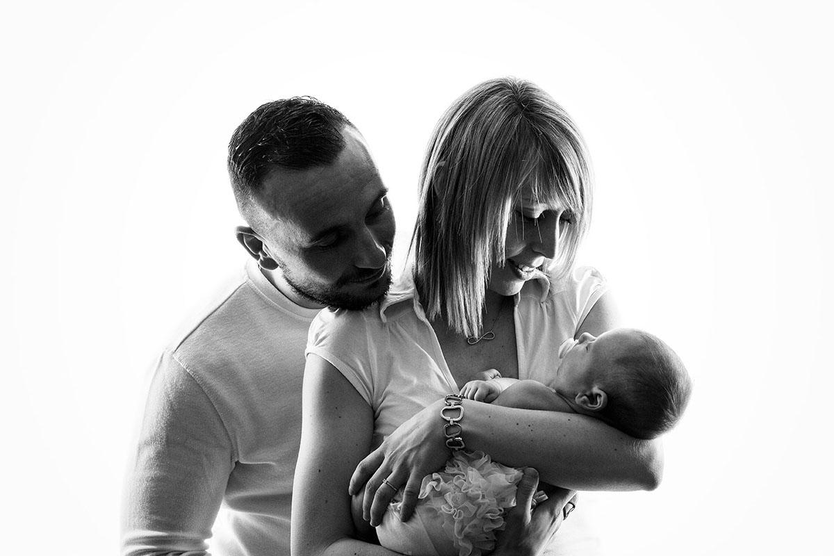 Fond blanc aubade séance naissance parents noir et blanc nouveau-né shooting