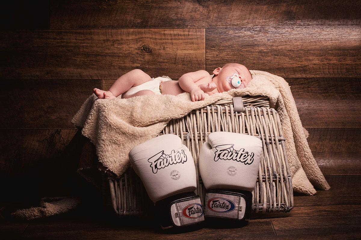 Shooting Studio naissance panier gants boxe blancs