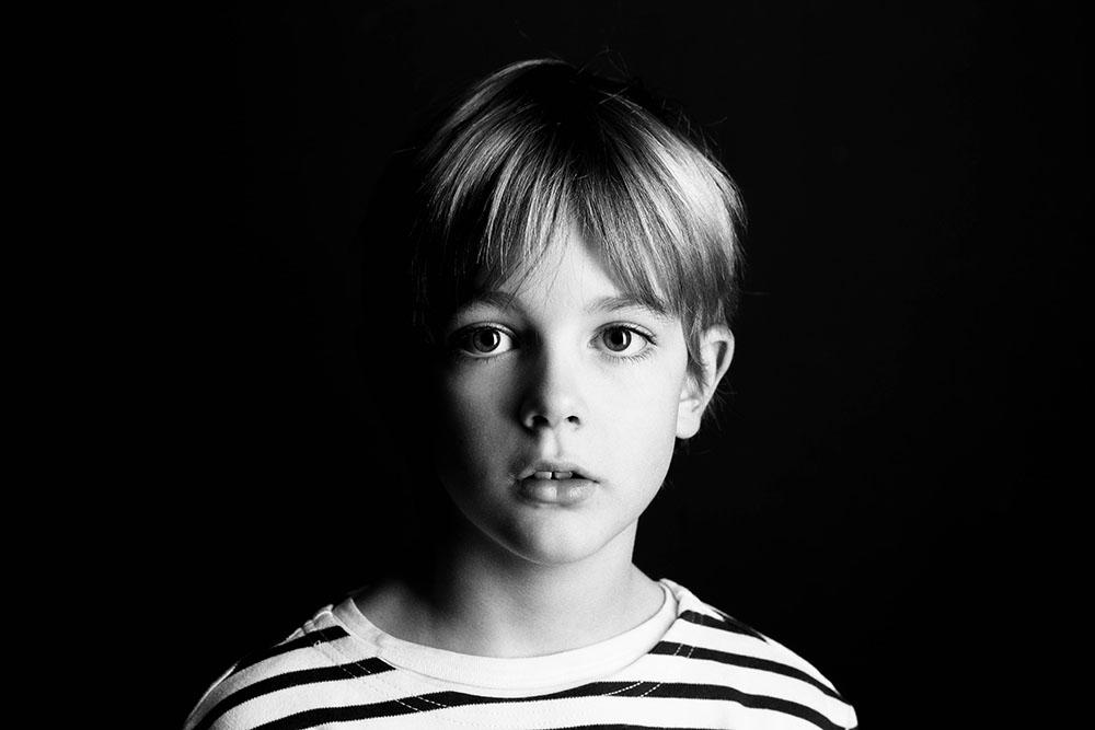 Portrait studio noir et blanc enfant garçon