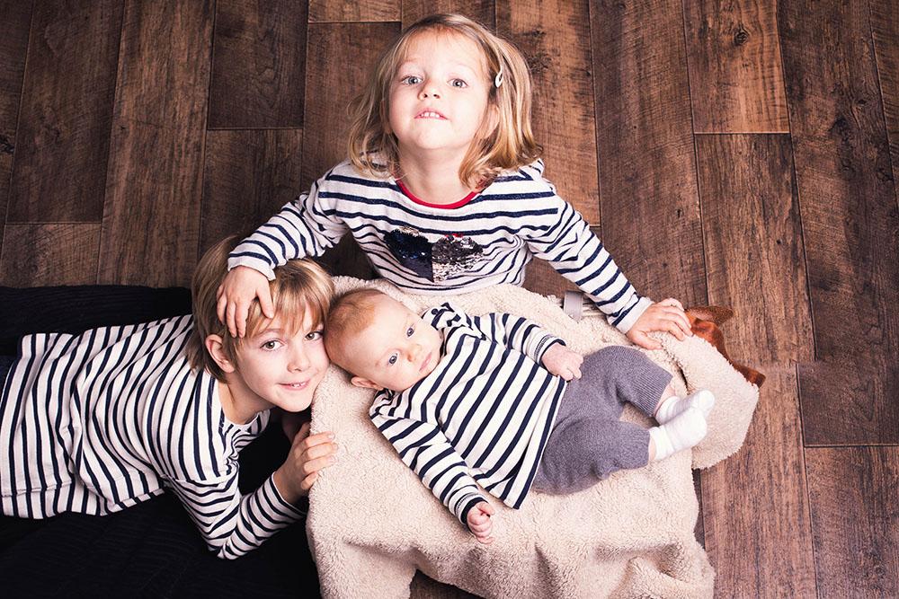 Photo enfants nouveau-né bébé naissance studio