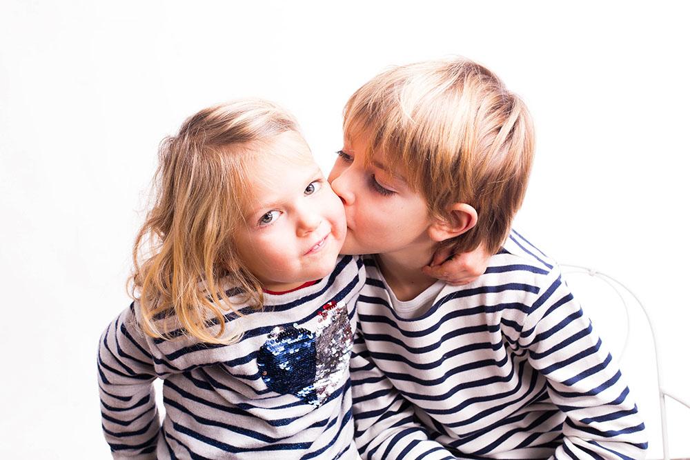 Photo studio enfants couleur blanc garçon fille