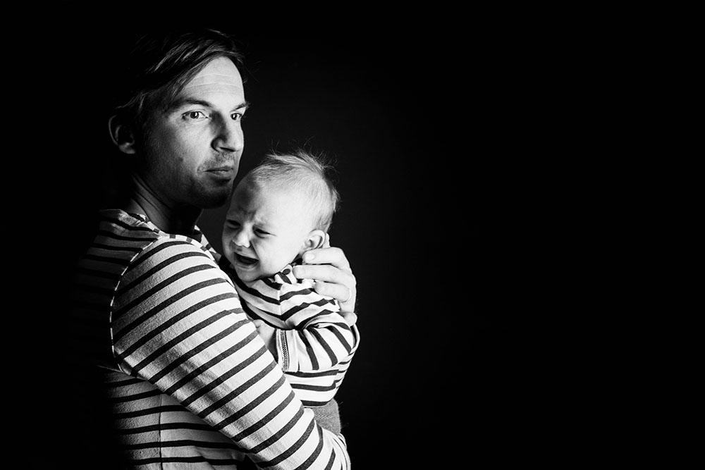 Photo studio noir et blanc père bébé naissance