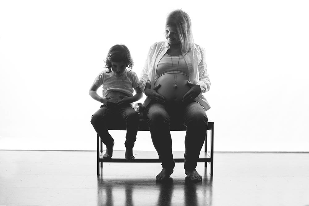 grossesse enfant ventre noir et blanc shooting studio