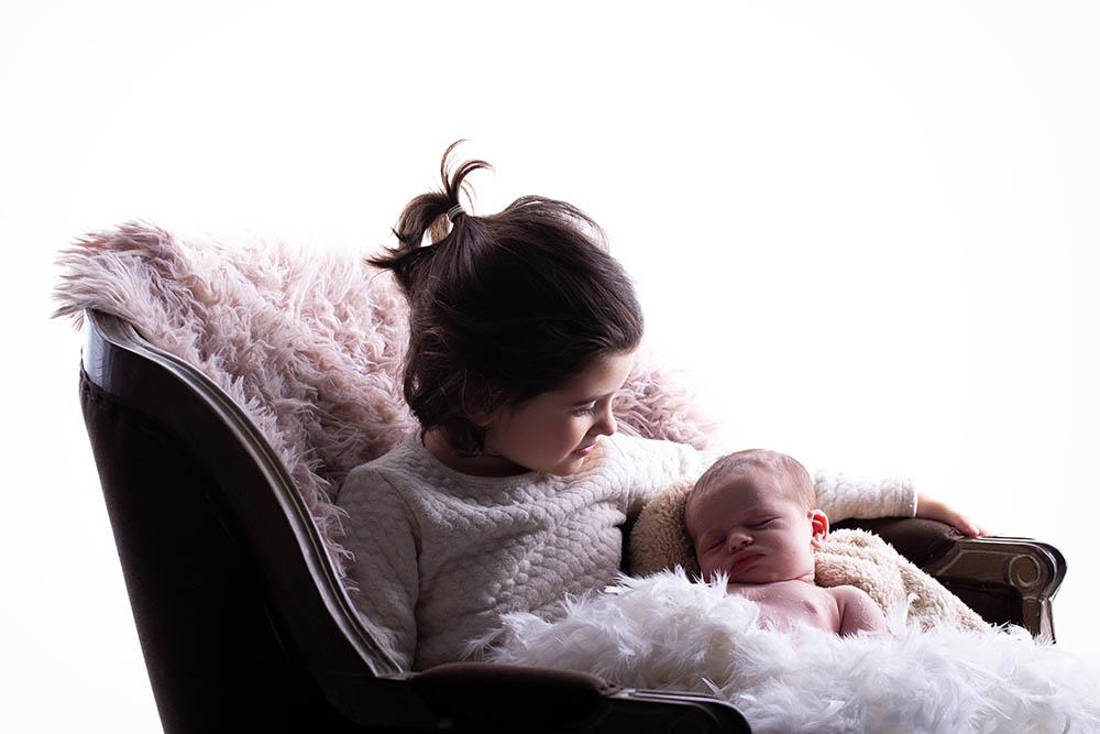 Nouveau né séance naissance studio petite sœur fille bordeaux