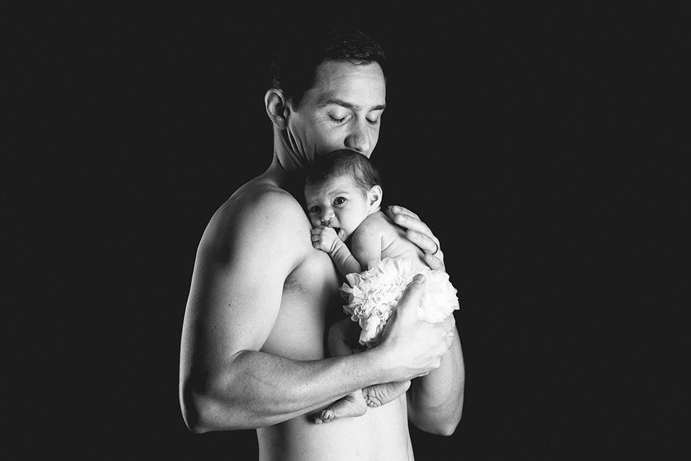 naissance nouveau-né couleur fond noir studio photographe bordeaux shooting papa bébé peau