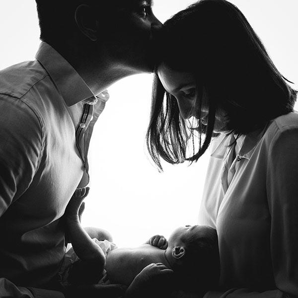 naissance nouveau-né noir et blanc studio photographe bordeaux shooting couple